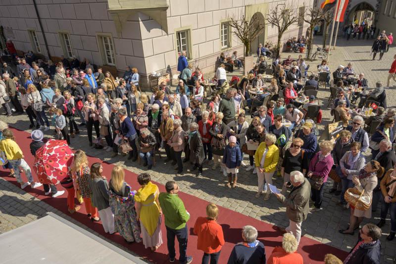 Blick von oben auf Catwalk der Modenschau am Dreiländertag